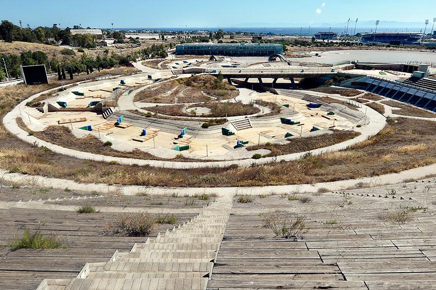 曾經風光奢華一時的奧運舉辦場地,竟然成了「墳墓區」或「廢墟」!難怪一堆人批評舉辦奧運真的很浪費錢