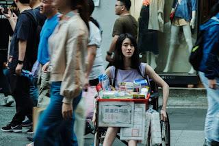 鄭人碩《親愛的殺手》坐輪椅西門町叫賣口香糖 人氣慘輸邱偲琹!