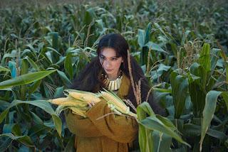 田馥甄化身田園仙女置身玉米田、穀倉 遭玉米葉打臉自嘲:「像落難的玉米公主。」