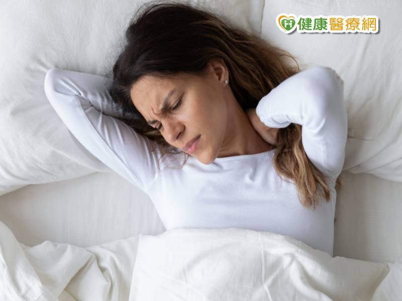 一覺醒來頭歪、落枕 一條毛巾搶救疼痛