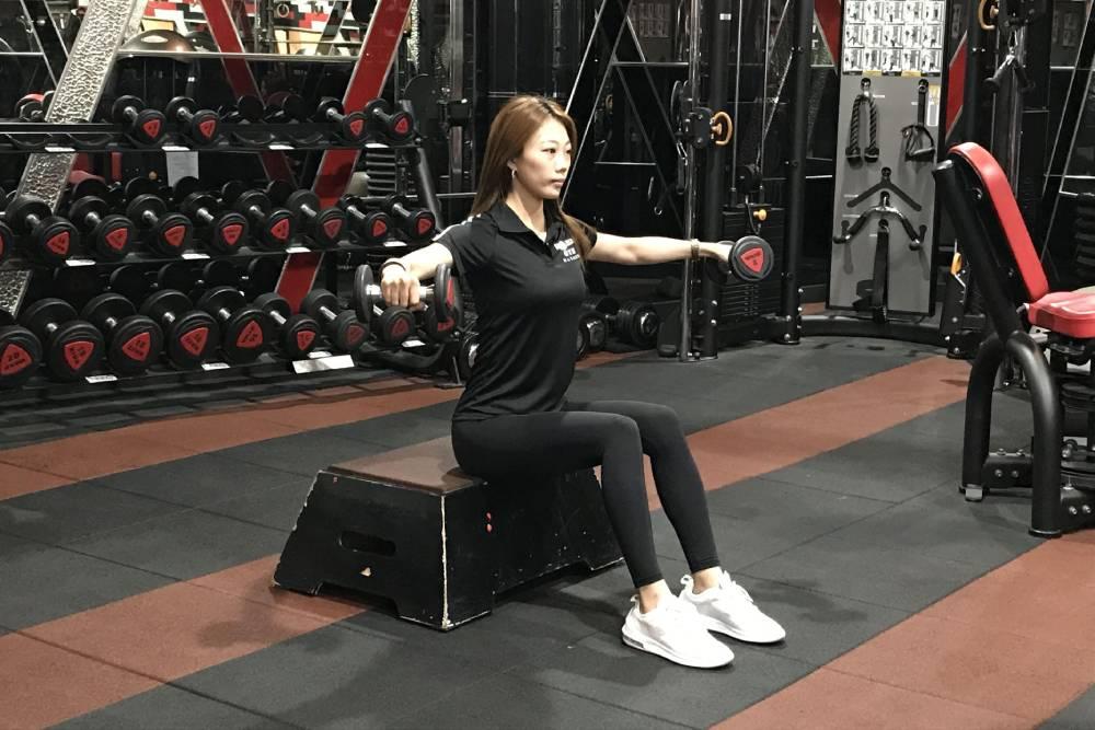 防疫期間不無聊!練成超美背肌、三頭肌 這些動作跟著做就對了