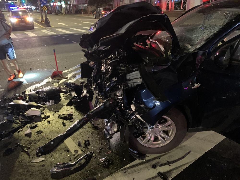 拿著槍被人追打 新北警趕現場衝撞貨車毀車頭