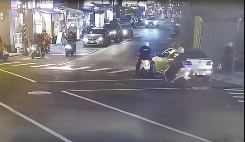 街頭交易毒品 警機車包夾飛車逃半路丟包買家