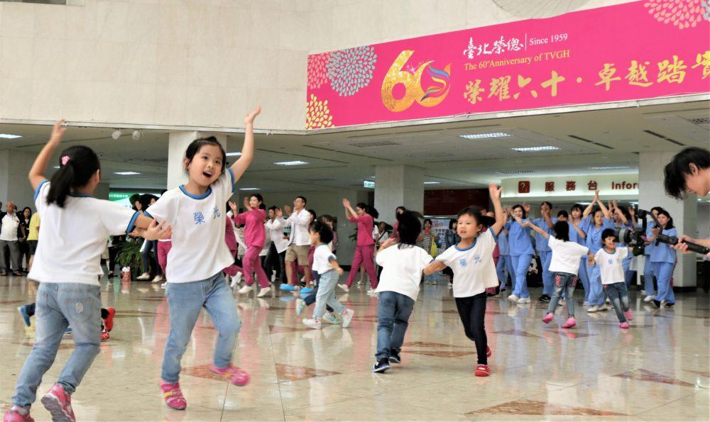 60年來頭一遭! 台北榮總醫護大廳大跳「快閃舞」