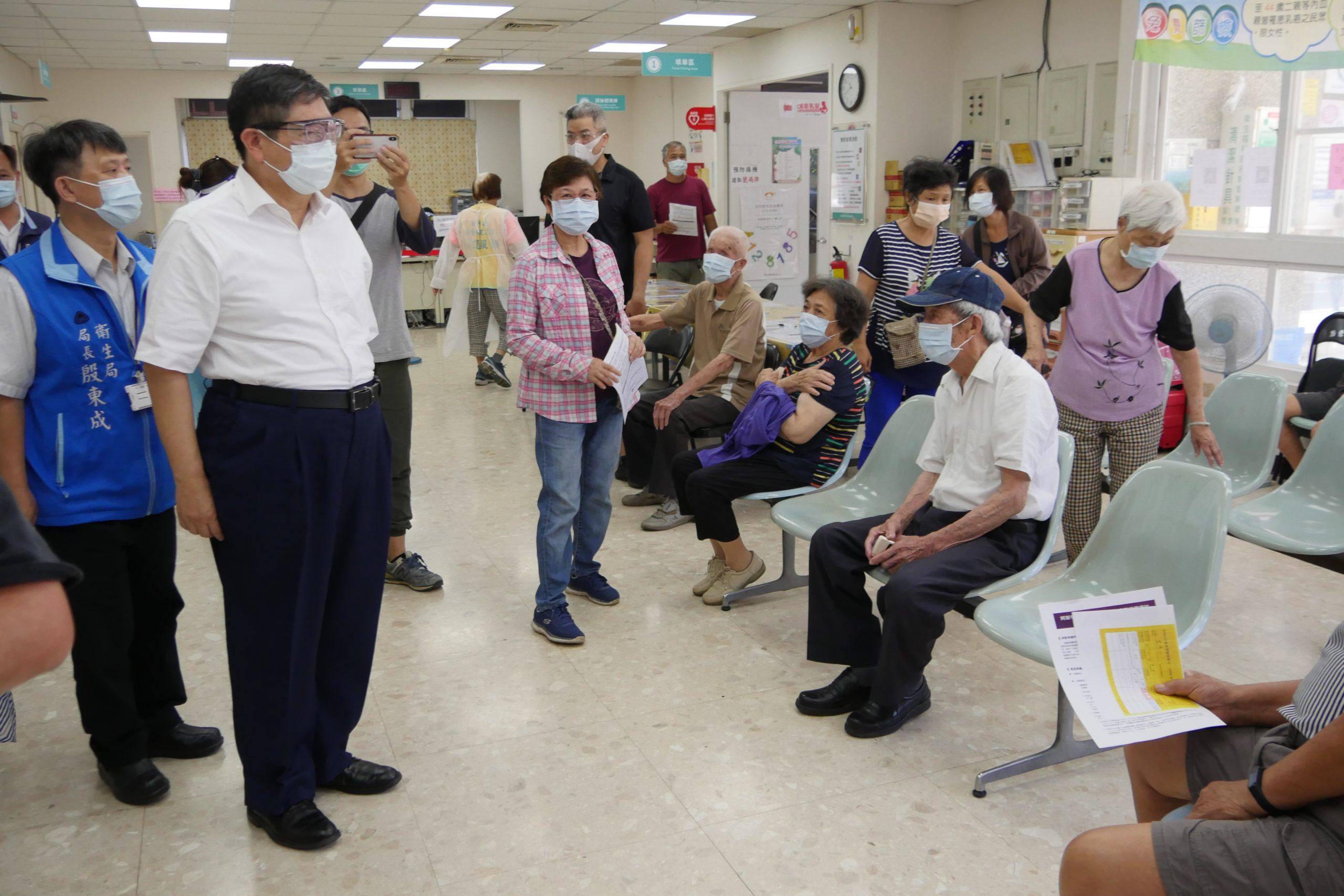 竹縣1.3萬劑AZ疫苗開打 楊縣長視察防疫人員及長者接種情形