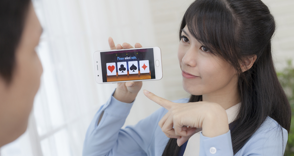 魔科技:走到哪變到哪的數位撲克牌