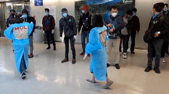 快新聞/12/4起暫緩印尼籍移工入境 62名移工今晚從雅加達抵台 接機人員繃緊神經