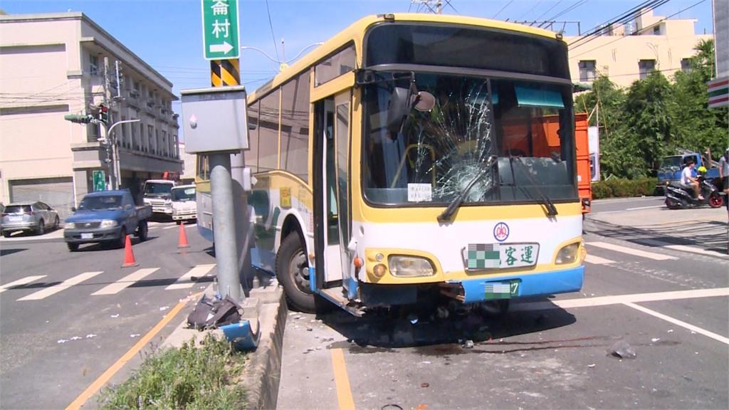 騎士疑為左轉突切內車道 客運煞不住撞飛