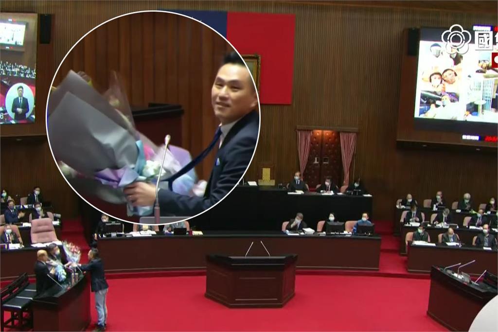 快新聞/肯定政府防疫過程 藍委送花感謝蘇貞昌、陳時中