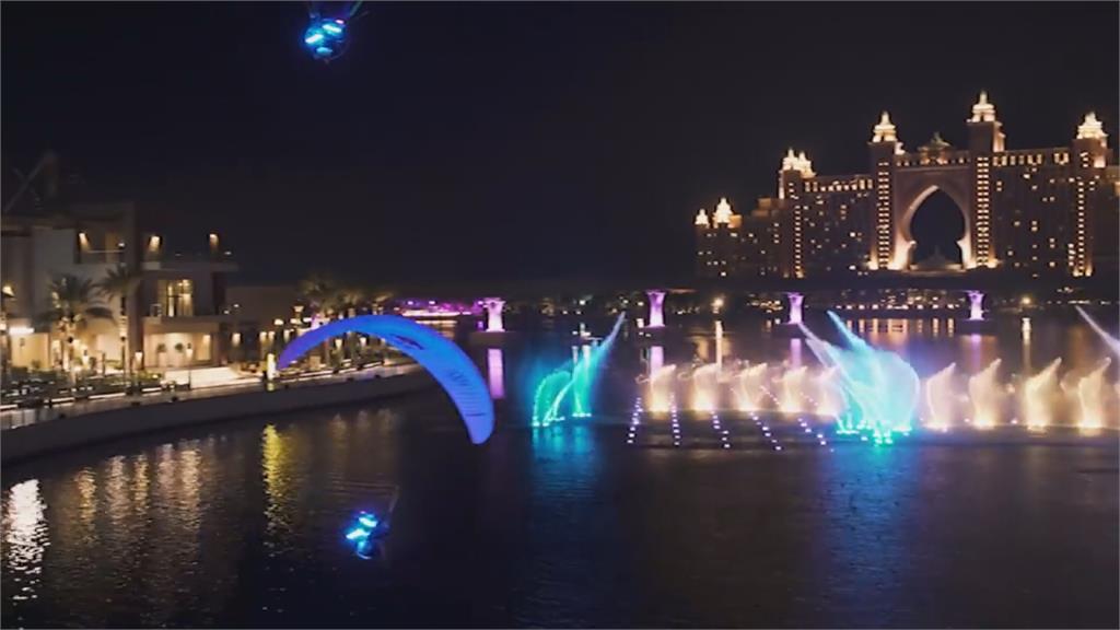 挑戰世界最大噴泉 動力滑翔傘水舞空中秀