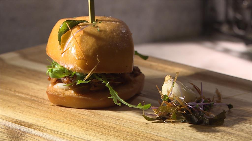 法式薄餅融合三杯雞 饅頭夾東坡肉變漢堡