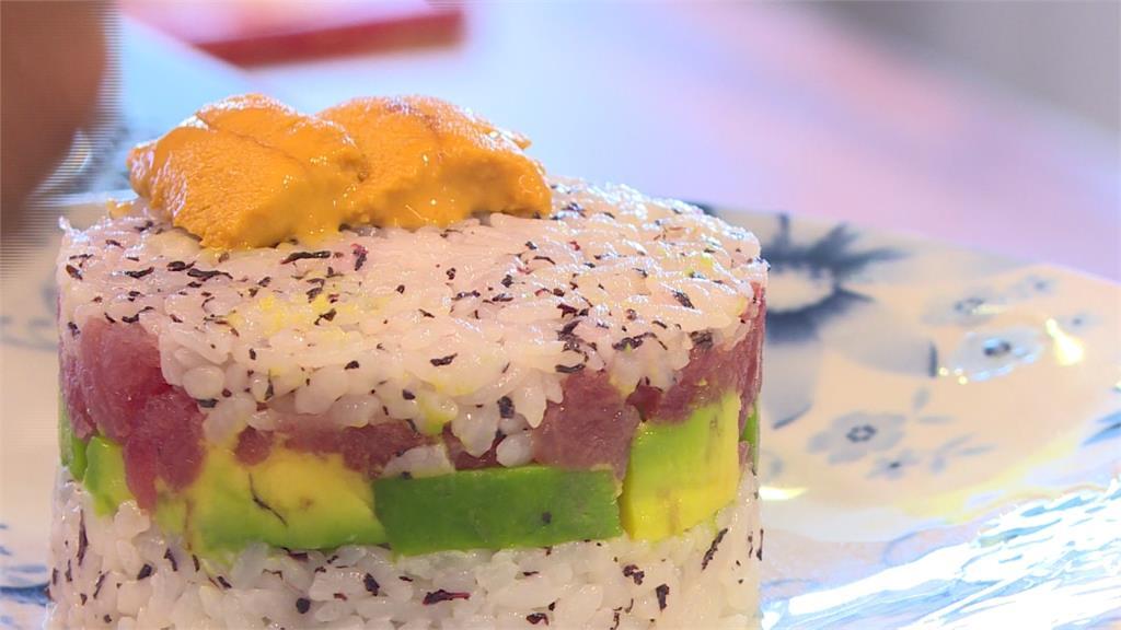 海苔醋飯上鋪滿蟹肉、撒上厚厚起司進烤爐!南寮漁港創意披薩滿滿海味