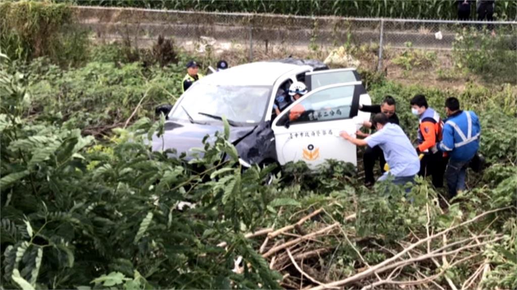 員警押犯人遇車禍翻邊坡 兩警一嫌都受傷