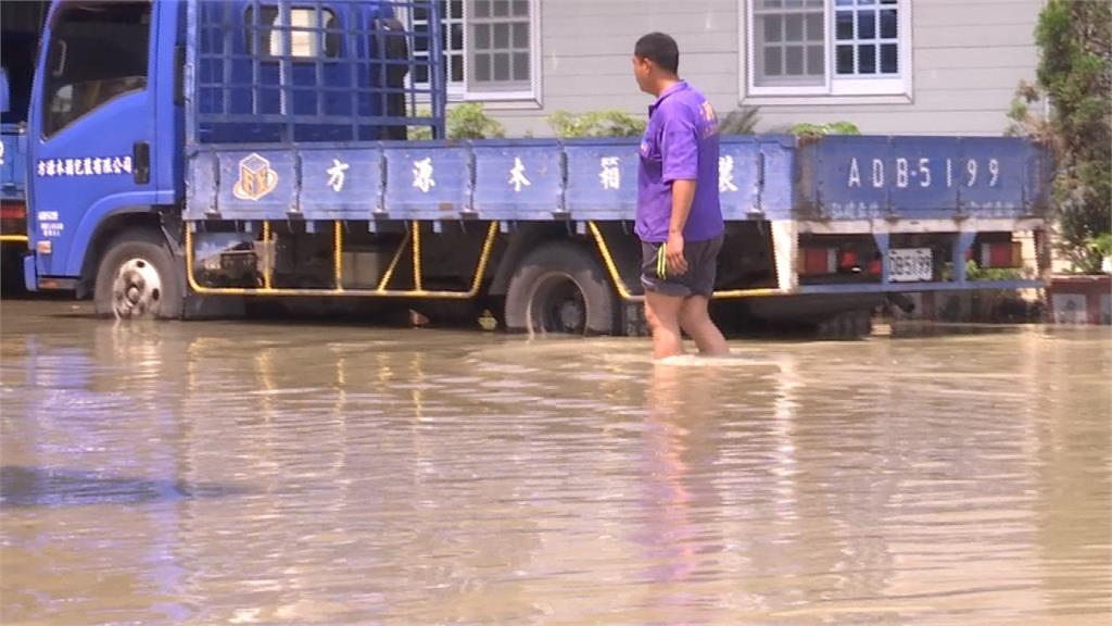 高雄晴天竟淹水!水管破裂神農路淹至大腿高