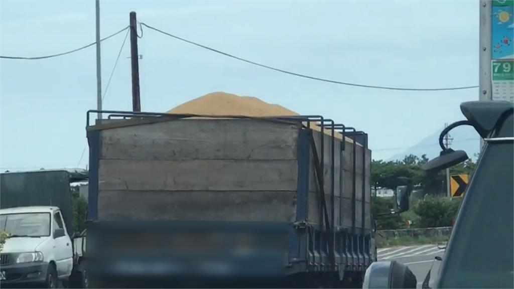 稻穀車拖「黃尾巴」無視開走 駕駛恐吃罰單