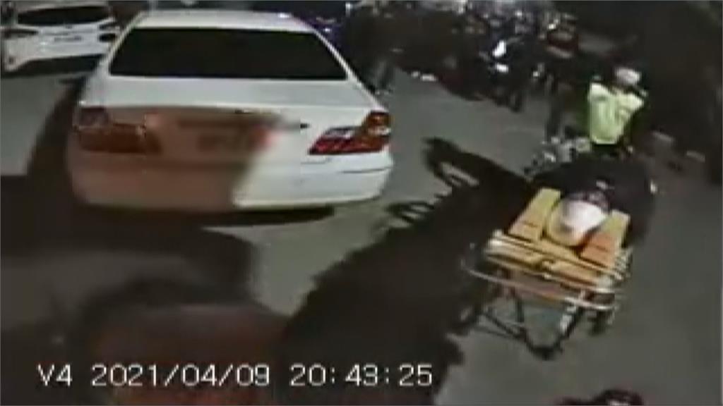 男開槍示威尋仇意外卡彈 反遭痛打一頓