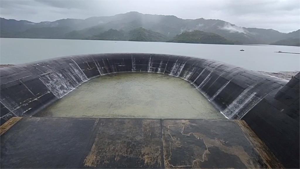豪雨連炸南台 南化水庫滿到吐