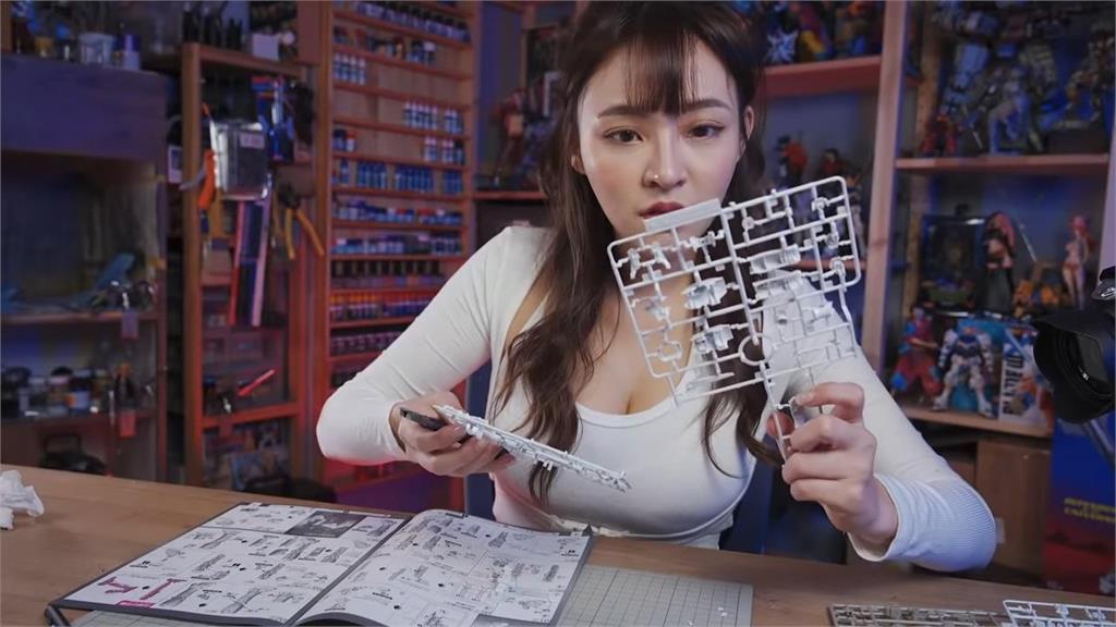 林襄挑戰組裝鋼彈模型 全網歪樓:眼睛不知道往哪看