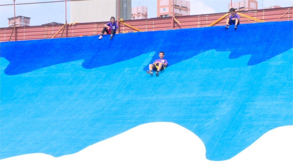 新北市首座!7尺高「瀑布滑草場」18日啟用