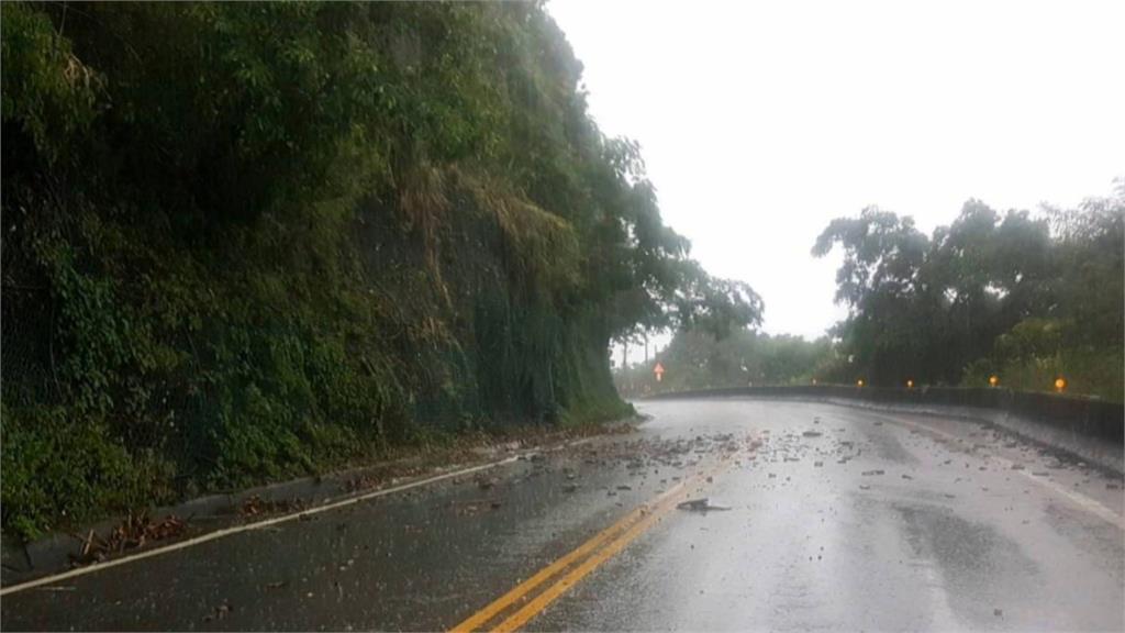 大雨沖刷 蘇花東澳及觀音海岸路段零星落石