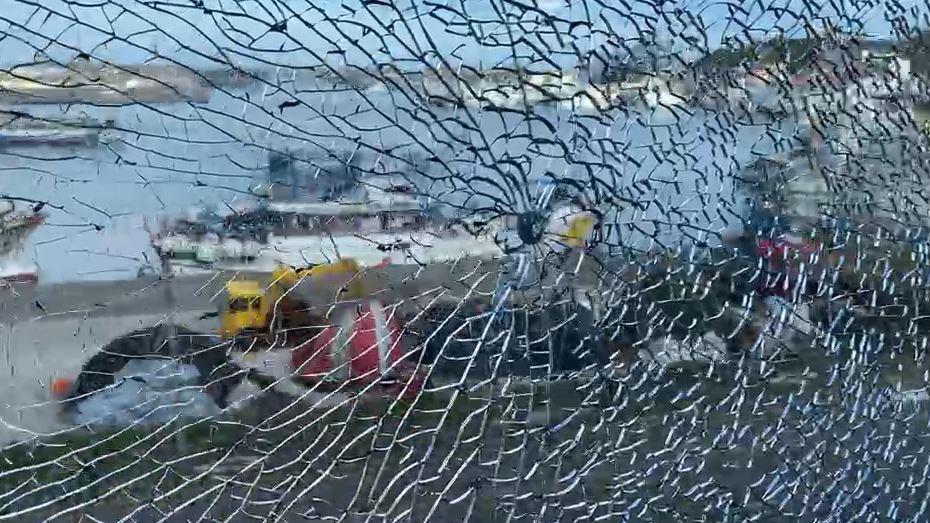快新聞/基隆海科館窗戶呈「蜘蛛網狀碎裂」 疑遭彈弓鋼珠射擊