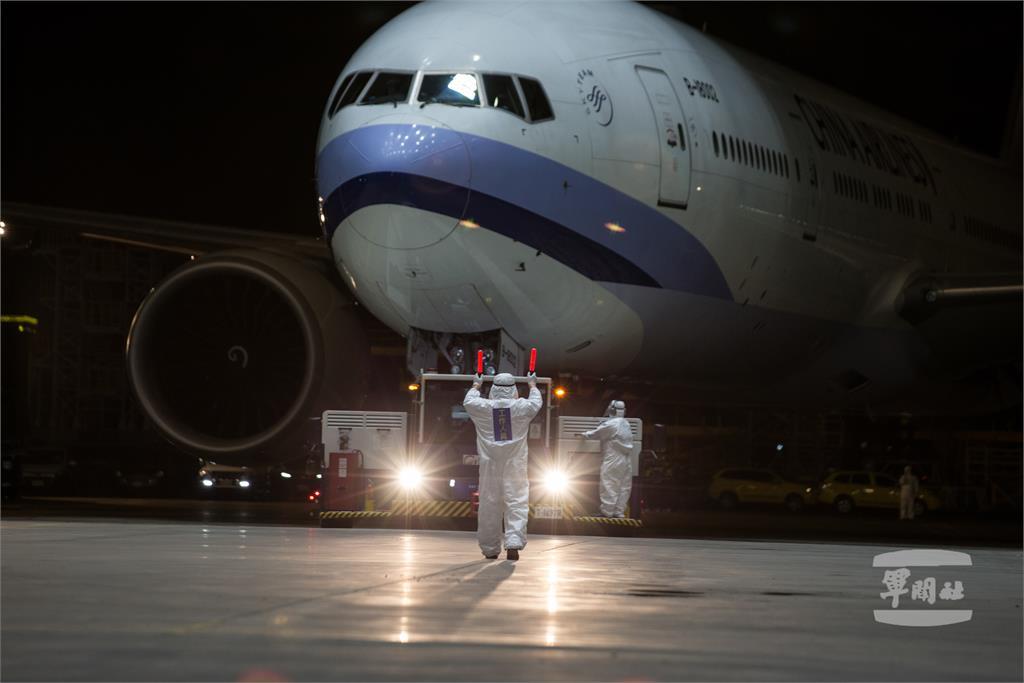 回家了!第三波「類包機」從上海抵台 153人全套防護裝備