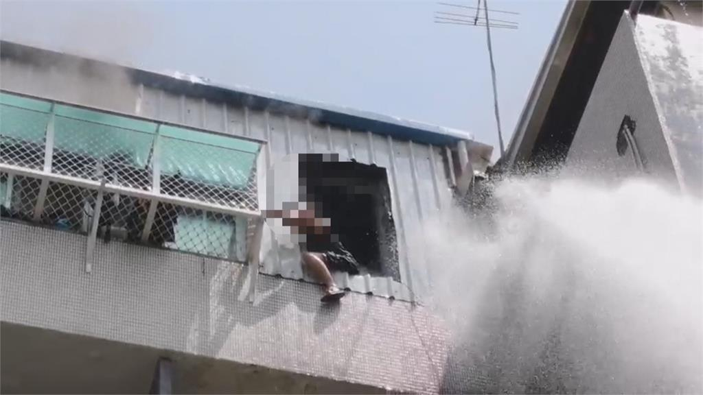 頂樓加蓋鐵皮屋起火 男子跨坐窗戶求救