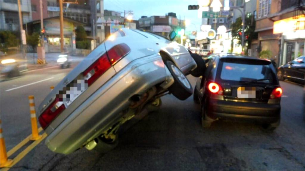 怎麼開的?轎車竟開上等紅燈車駕駛座玻璃