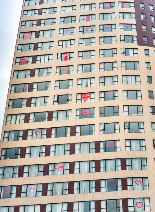 灣仔帝盛酒店的隔離住宿客人趁母親節向媽媽「隔著玻璃說愛您」 整間酒店都彌漫著濃濃的藝術氣息及溫馨愛意