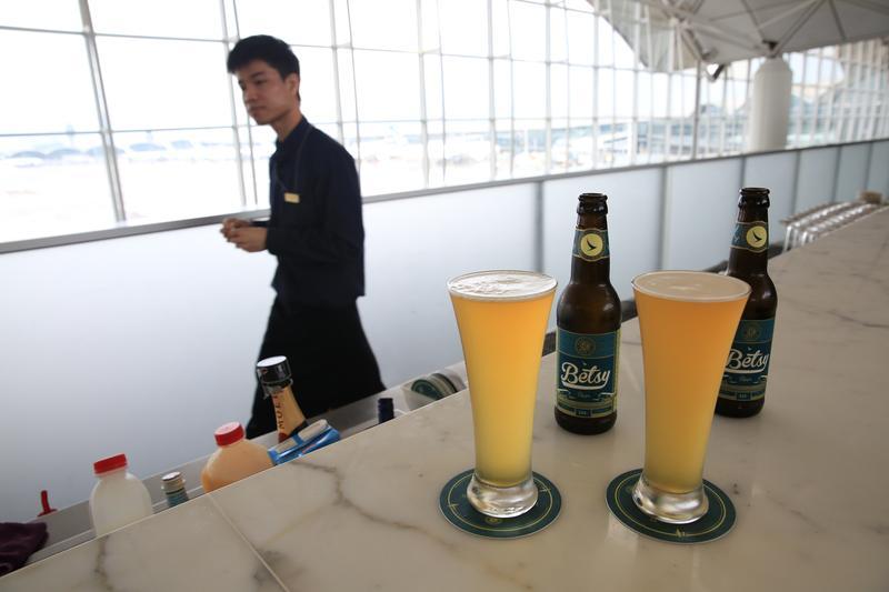 清晨八點 我在機場貴賓室裡喝啤酒